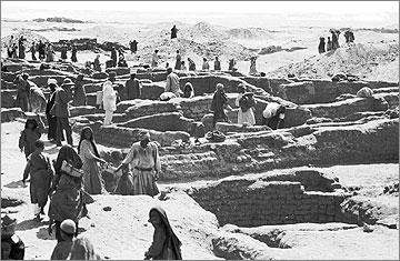 Excavating amongst the houses in 1921, by the Egypt Exploration Fund team
