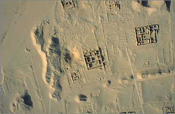 The house of the sculptor Thutmose is in the middle of the picture