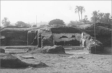 Excavation photograph of 1923, to the south, showing the bathroom (right) and the remains of the adjacent bedroom (left)