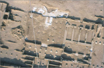 Aerial photograph from a tethered balloon of the centre-rear part of the North Palace. The photograph was taken prior to the start of the repairs. In the middle is the columned hall, the positions of the column bases clearly visible. Note their unusual layout which suggests that the outer rows of columns were smaller (they are more closely set together), and supported a slightly lower roof than that which covered the central part. The extent of the ancient gypsum-concrete foundation layer is also clear